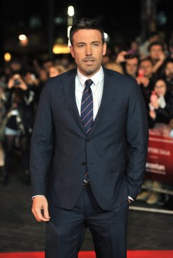grey-suit-black-shirt-blue-tieben-affleck-blue-grey-black-suit-white-shirt-striped-tie-photo-eidfqlcf